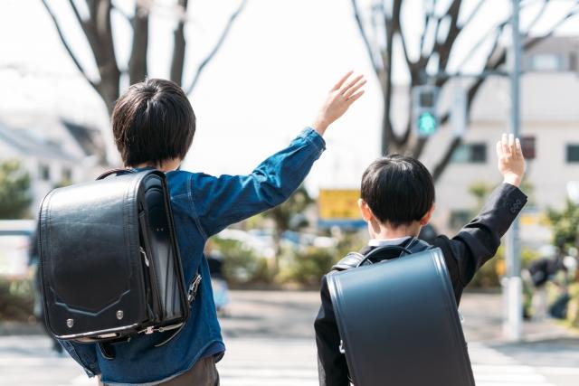 信号のない横断歩道では渡す意思を示して歩く