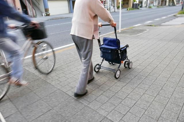 歩道を走る自転車に注意する